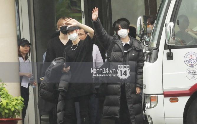 GOT7 cố vẫy chào tại sân bay Tân Sơn Nhất dù trời mưa to, fan Việt gây bất ngờ khi giữ thành hàng ngay ngắn chờ thần tượng - Ảnh 6.