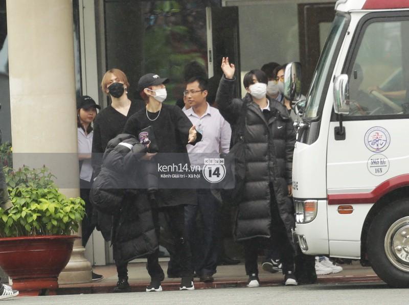 GOT7 cố vẫy chào tại sân bay Tân Sơn Nhất dù trời mưa to, fan Việt gây bất ngờ khi giữ thành hàng ngay ngắn chờ thần tượng - Ảnh 5.