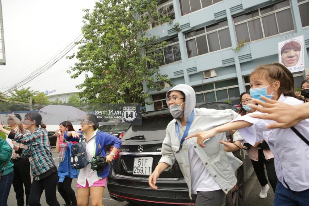 GOT7 cố vẫy chào tại sân bay Tân Sơn Nhất dù trời mưa to, fan Việt gây bất ngờ khi giữ thành hàng ngay ngắn chờ thần tượng - Ảnh 13.