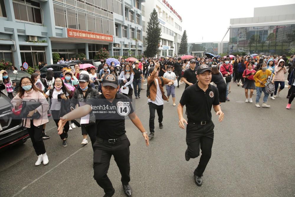 GOT7 cố vẫy chào tại sân bay Tân Sơn Nhất dù trời mưa to, fan Việt gây bất ngờ khi giữ thành hàng ngay ngắn chờ thần tượng - Ảnh 14.