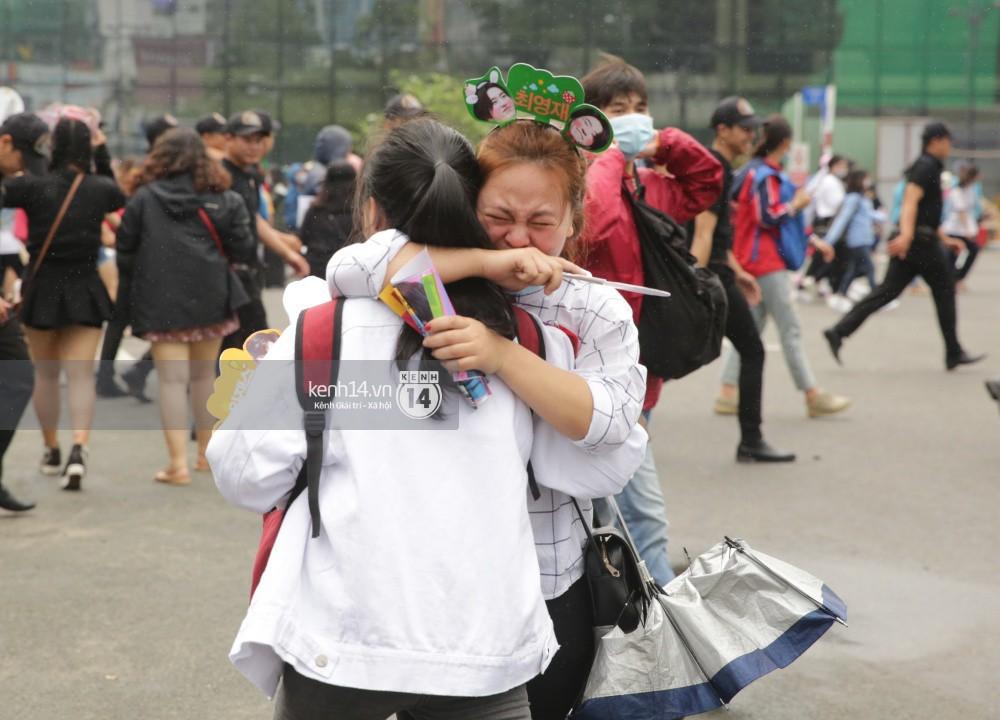 GOT7 cố vẫy chào tại sân bay Tân Sơn Nhất dù trời mưa to, fan Việt gây bất ngờ khi giữ thành hàng ngay ngắn chờ thần tượng - Ảnh 15.