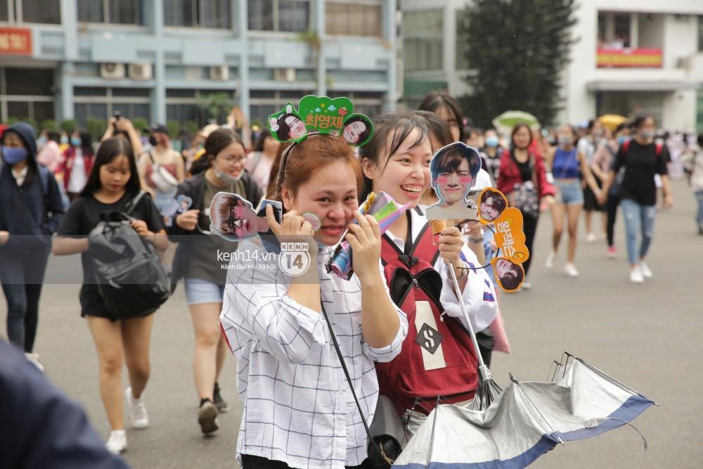 GOT7 cố vẫy chào tại sân bay Tân Sơn Nhất dù trời mưa to, fan Việt gây bất ngờ khi giữ thành hàng ngay ngắn chờ thần tượng - Ảnh 17.