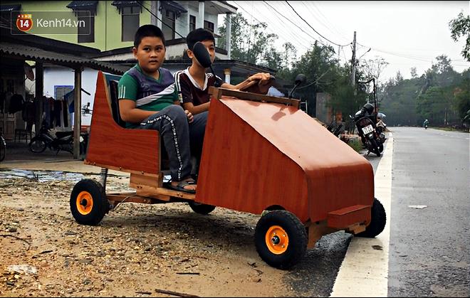 Nam sinh lớp 9 chế tạo ô tô điện từ gỗ và phế liệu để chở các em nhỏ đi học - Ảnh 1.