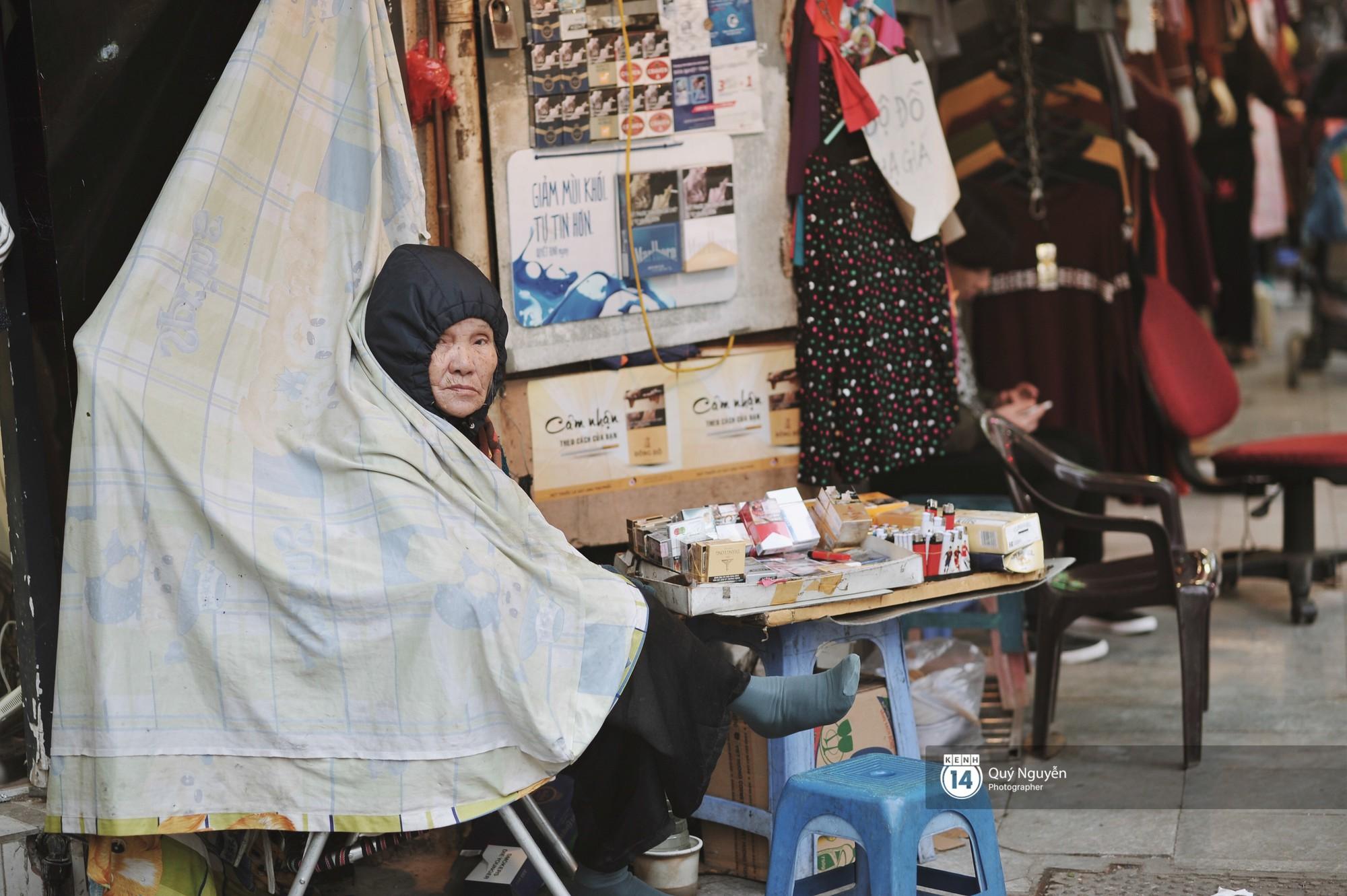 Chùm ảnh: Hà Nội giá rét 10 độ, một chiếc thùng carton hay manh áo mưa cũng khiến người lao động nghèo ấm hơn - Ảnh 2.