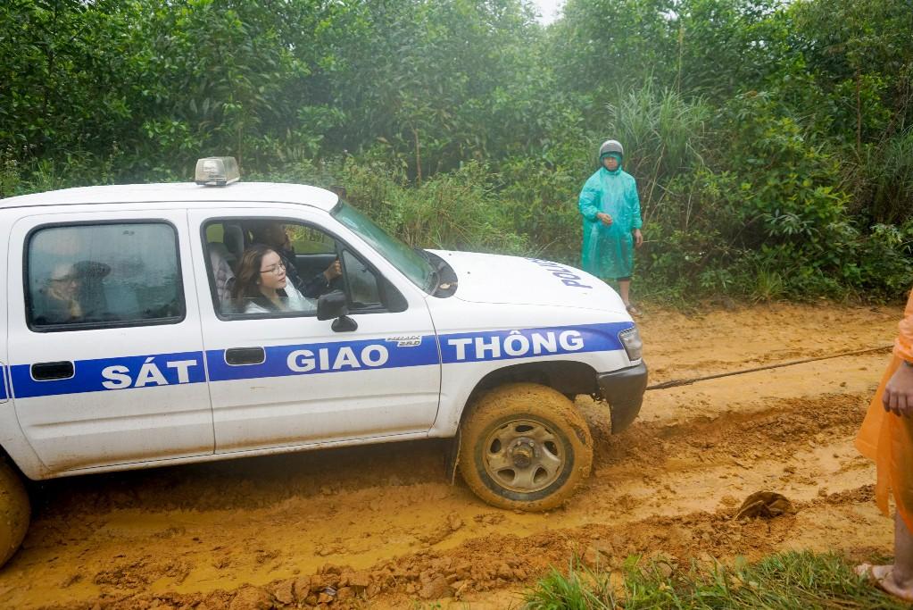 Lý Nhã Kỳ mang ủng lội bùn đi làm từ thiện tại Đắk Lắk - Ảnh 1.