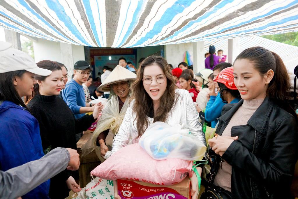 Lý Nhã Kỳ mang ủng lội bùn đi làm từ thiện tại Đắk Lắk - Ảnh 3.