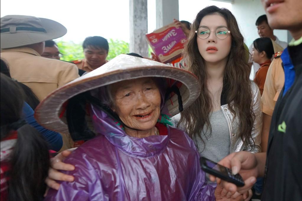 Lý Nhã Kỳ mang ủng lội bùn đi làm từ thiện tại Đắk Lắk - Ảnh 6.
