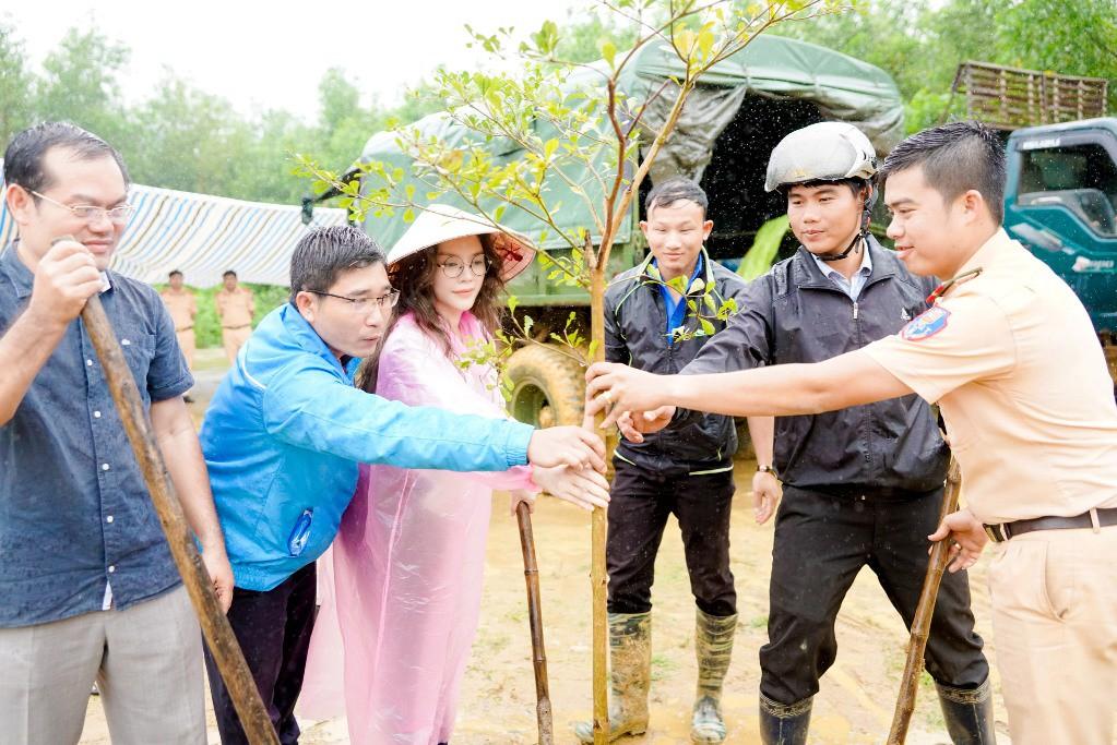 Lý Nhã Kỳ mang ủng lội bùn đi làm từ thiện tại Đắk Lắk - Ảnh 9.