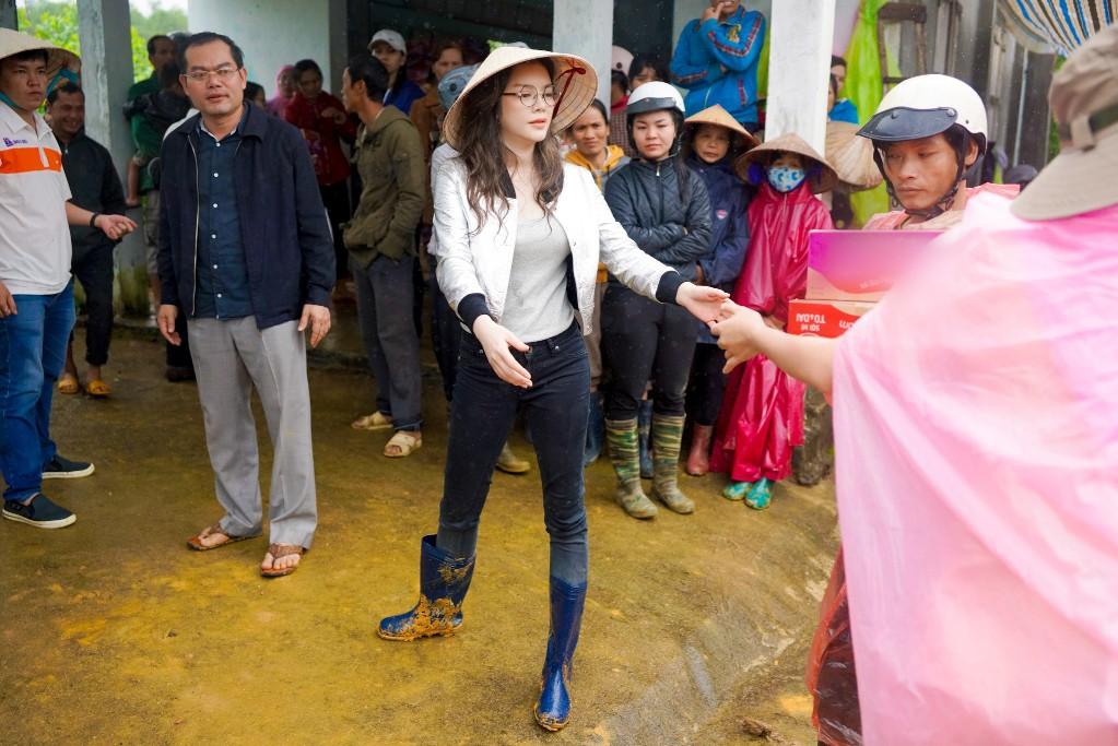 Lý Nhã Kỳ mang ủng lội bùn đi làm từ thiện tại Đắk Lắk - Ảnh 4.
