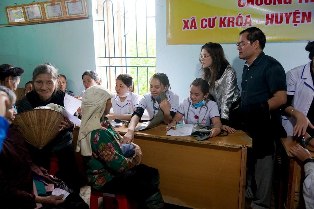 Lý Nhã Kỳ mang ủng lội bùn đi làm từ thiện tại Đắk Lắk - Ảnh 8.