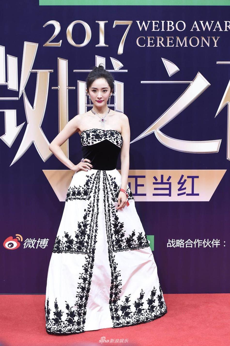 Thảm đỏ Weibo: Angela Baby xuống sắc không phanh, Dương Mịch - Na Trát cùng dàn mỹ nhân cạnh tranh nhan sắc khốc liệt - Ảnh 10.