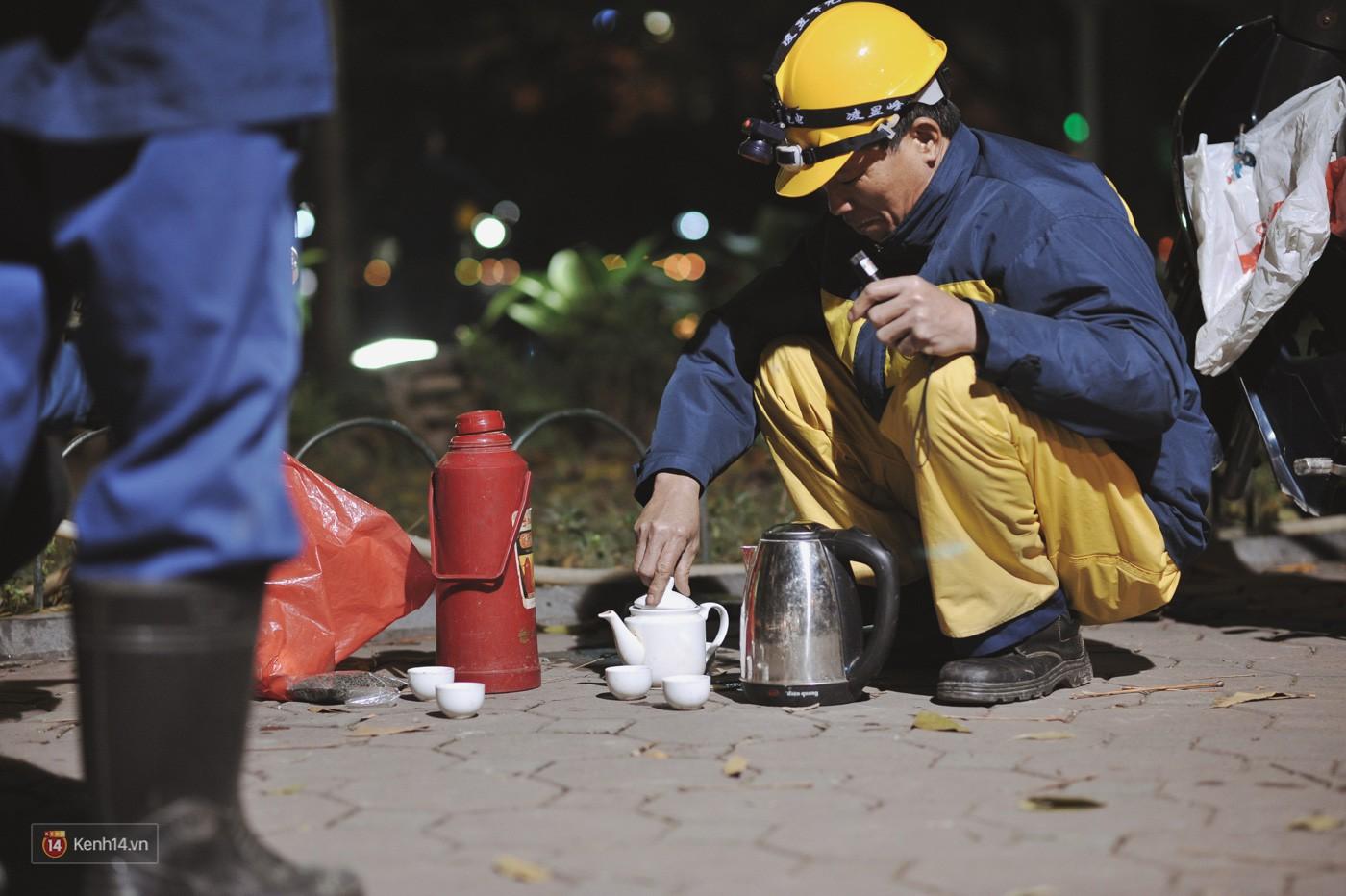 Những công nhân thâu đêm nạo vét hồ Gươm trong cái rét 10 độ C ở Hà Nội: Uống tách trà nóng, cười một cái rồi làm tiếp! - Ảnh 12.