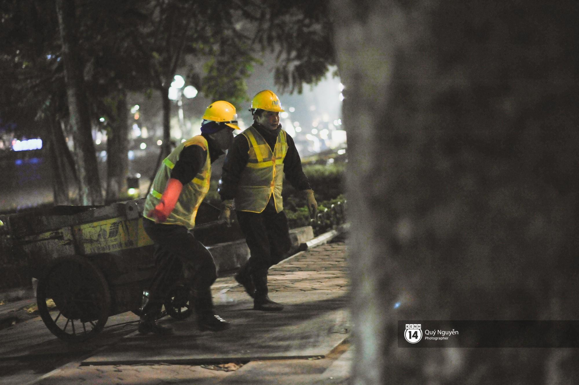 Chùm ảnh: Hà Nội giá rét 10 độ, một chiếc thùng carton hay manh áo mưa cũng khiến người lao động nghèo ấm hơn - Ảnh 25.