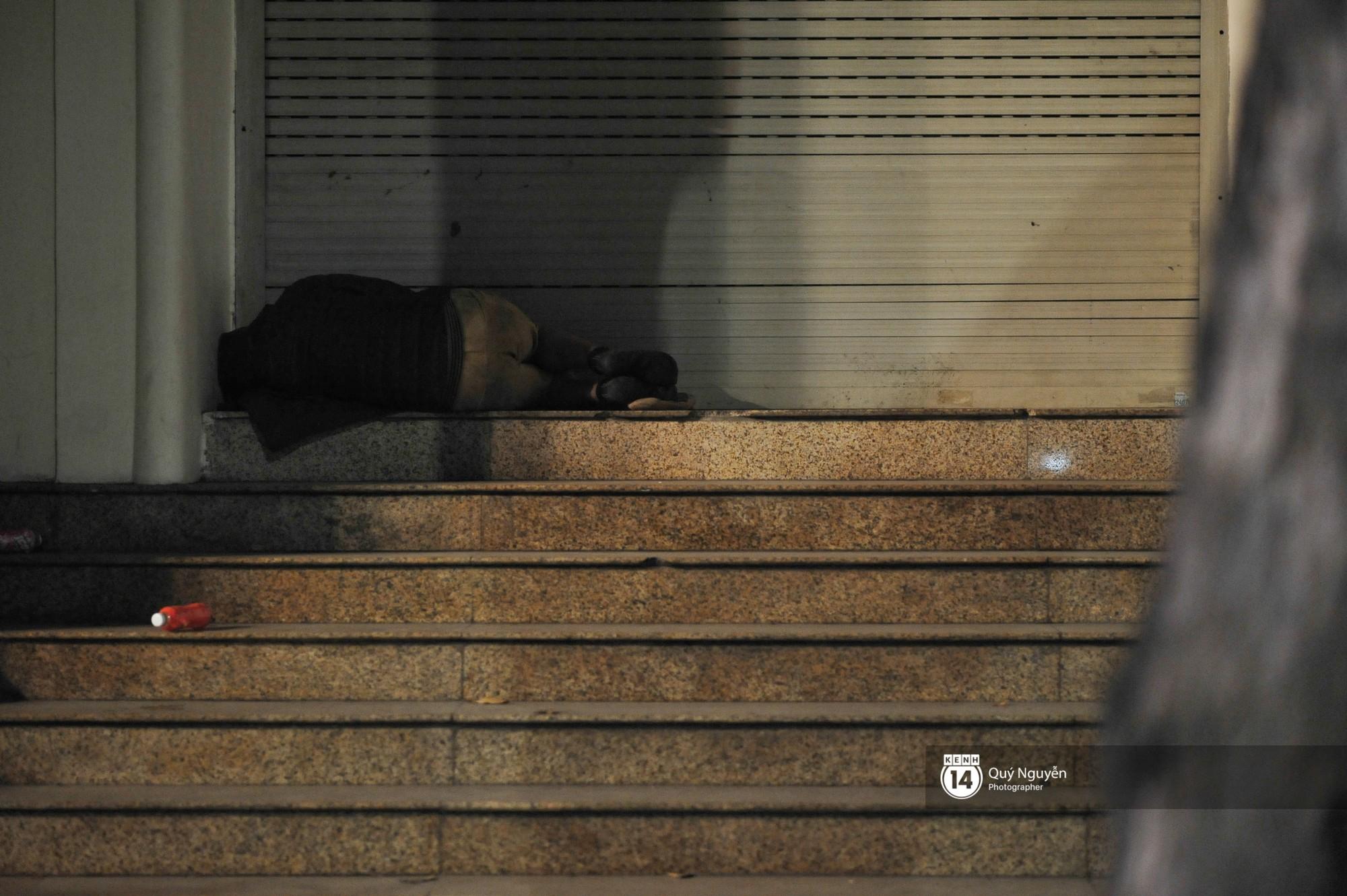 Chùm ảnh: Hà Nội giá rét 10 độ, một chiếc thùng carton hay manh áo mưa cũng khiến người lao động nghèo ấm hơn - Ảnh 26.