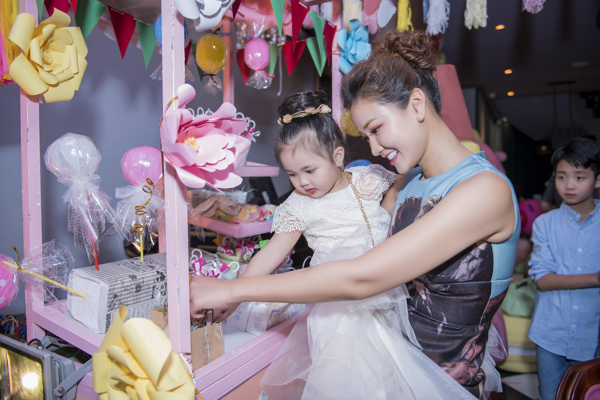Maya dành cả tháng trời để tổ chức sinh nhật ngập tràn kẹo ngọt màu hồng cho con gái Bồ Câu - Ảnh 3.