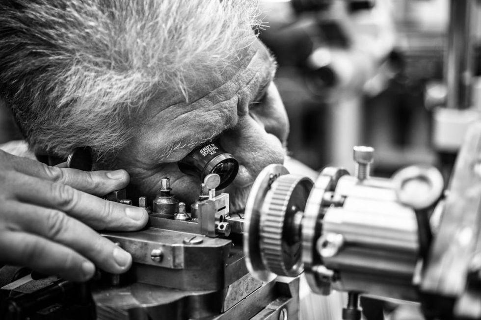 Cửa hiệu chế tạo đồng hồ cao cấp cuối cùng ở Mỹ: mỗi năm làm chưa đến 60 cái nhưng mỗi cái bán tới 2 tỉ đồng - Ảnh 2.
