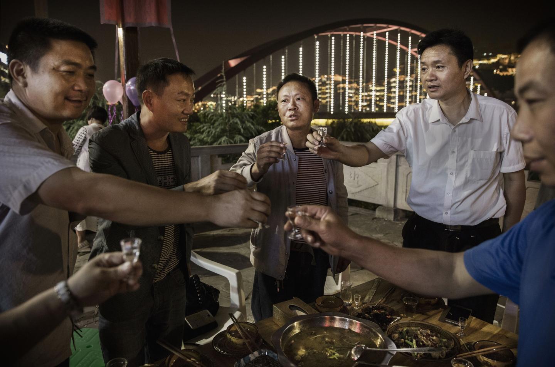 App thuê người nhậu hộ khiến đàn ông Trung Quốc phát sốt - Ảnh 1.