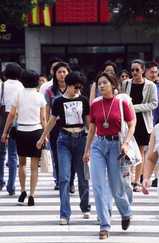 Xem ảnh street style thập niên 90 của Hàn Quốc mới ngớ ra: Thời đó quả là chất chơi! - Ảnh 1.