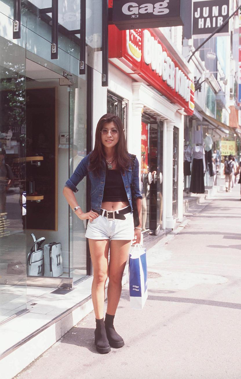Xem ảnh street style thập niên 90 của Hàn Quốc mới ngớ ra: Thời đó quả là chất chơi! - Ảnh 4.