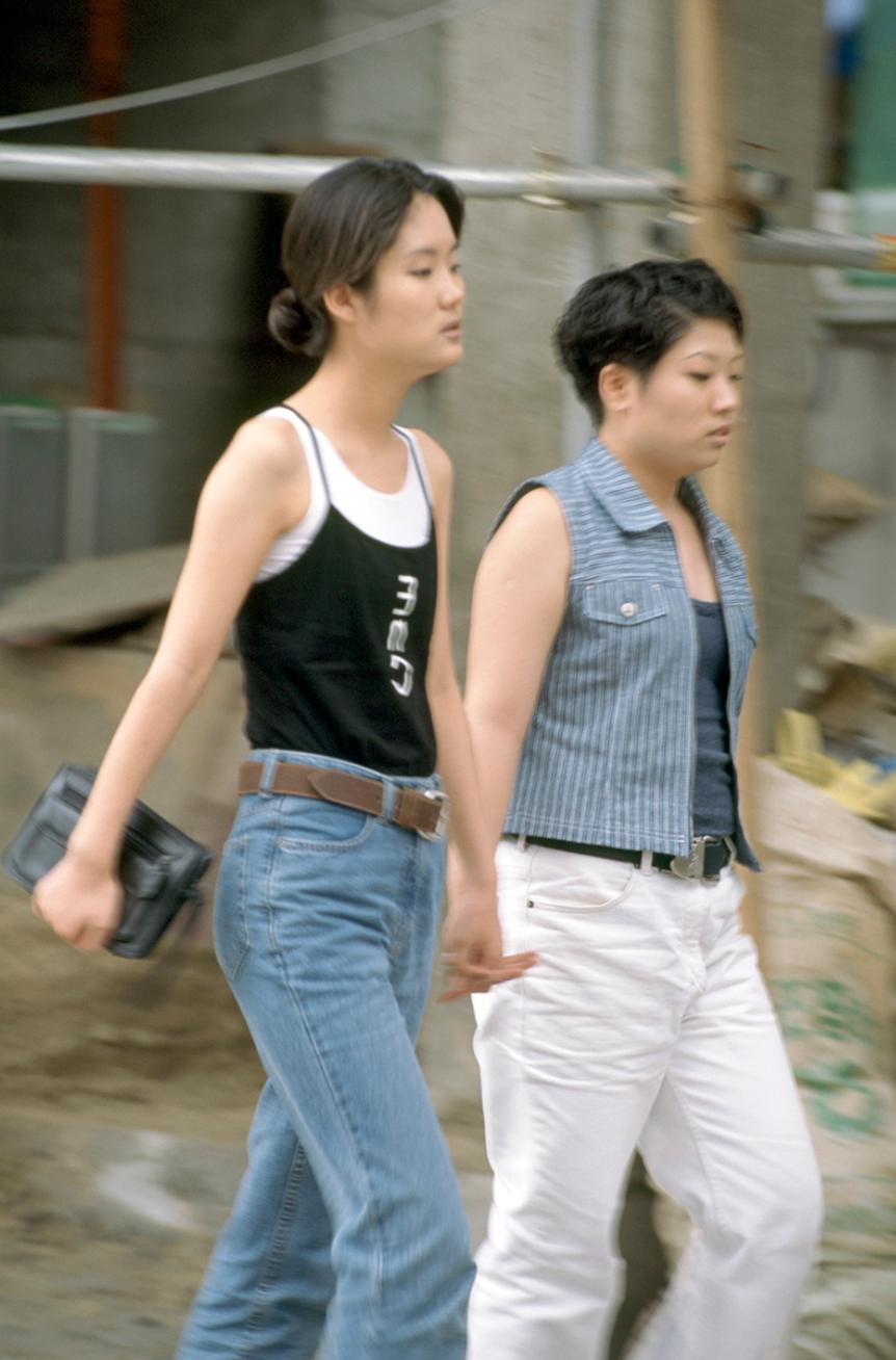 Xem ảnh street style thập niên 90 của Hàn Quốc mới ngớ ra: Thời đó quả là chất chơi! - Ảnh 11.