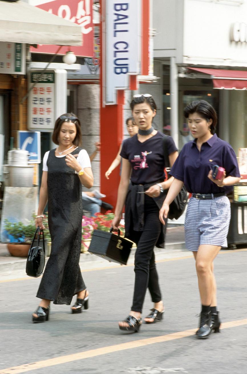 Xem ảnh street style thập niên 90 của Hàn Quốc mới ngớ ra: Thời đó quả là chất chơi! - Ảnh 7.