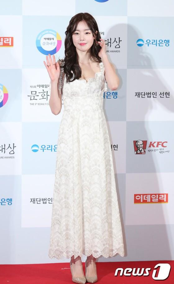 Minh Hằng tự tin diện áo dài, mỹ nhân U30 chiếm hết spotlight vì đẹp như nữ thần bên Wanna One trên thảm đỏ sự kiện tại Hàn - Ảnh 2.