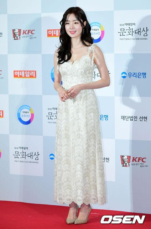 Minh Hằng tự tin diện áo dài, mỹ nhân U30 chiếm hết spotlight vì đẹp như nữ thần bên Wanna One trên thảm đỏ sự kiện tại Hàn - Ảnh 3.