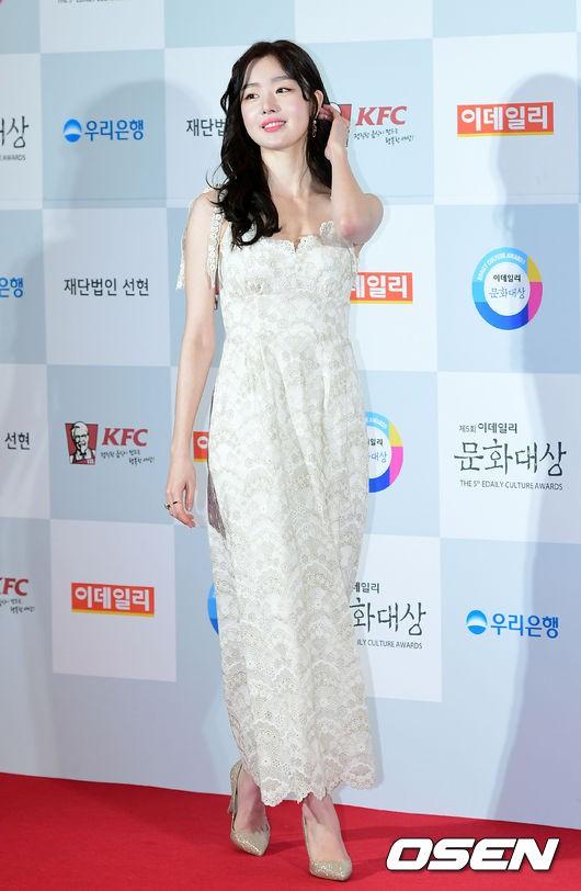 Minh Hằng tự tin diện áo dài, mỹ nhân U30 chiếm hết spotlight vì đẹp như nữ thần bên Wanna One trên thảm đỏ sự kiện tại Hàn - Ảnh 4.