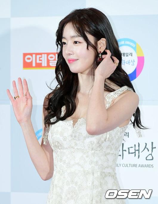 Minh Hằng tự tin diện áo dài, mỹ nhân U30 chiếm hết spotlight vì đẹp như nữ thần bên Wanna One trên thảm đỏ sự kiện tại Hàn - Ảnh 5.