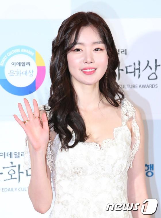 Minh Hằng tự tin diện áo dài, mỹ nhân U30 chiếm hết spotlight vì đẹp như nữ thần bên Wanna One trên thảm đỏ sự kiện tại Hàn - Ảnh 6.