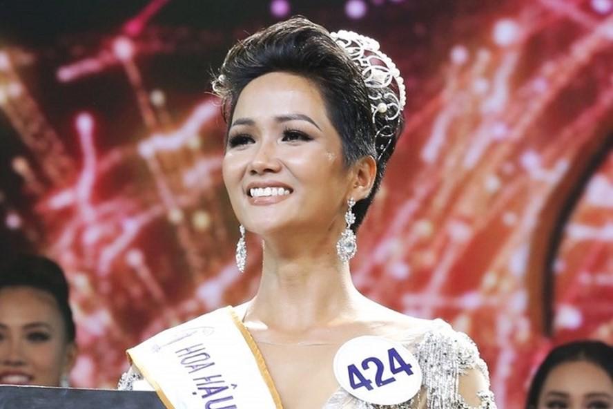 NSND Vương Duy Biên đánh giá cao vẻ đẹp của tân Hoa hậu HHen Niê - Ảnh 1.