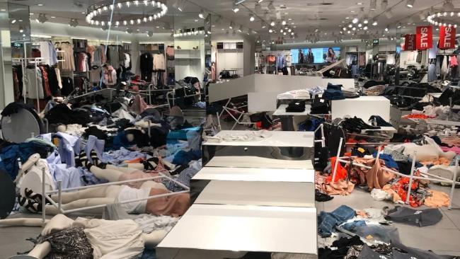 Vì chiếc áo phân biệt chủng tộc mà loạt store của H&M tại Nam Phi bị phá thảm hại, ngàn người biểu tình - Ảnh 3.