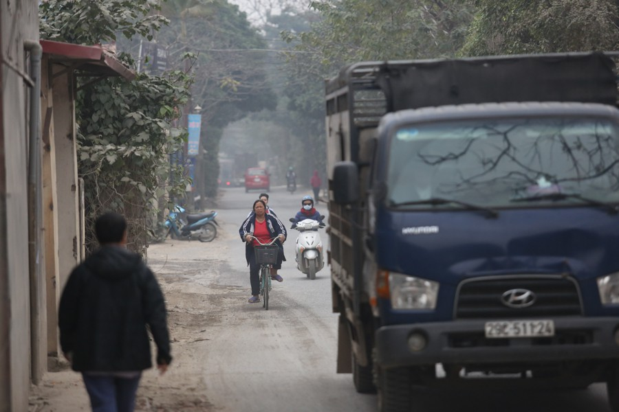 Con đường đau khổ ở Hà Nội bị cày nát, bụi vây kín nhà dân bởi hàng nghìn lượt xe siêu trọng tải mỗi ngày - Ảnh 13.