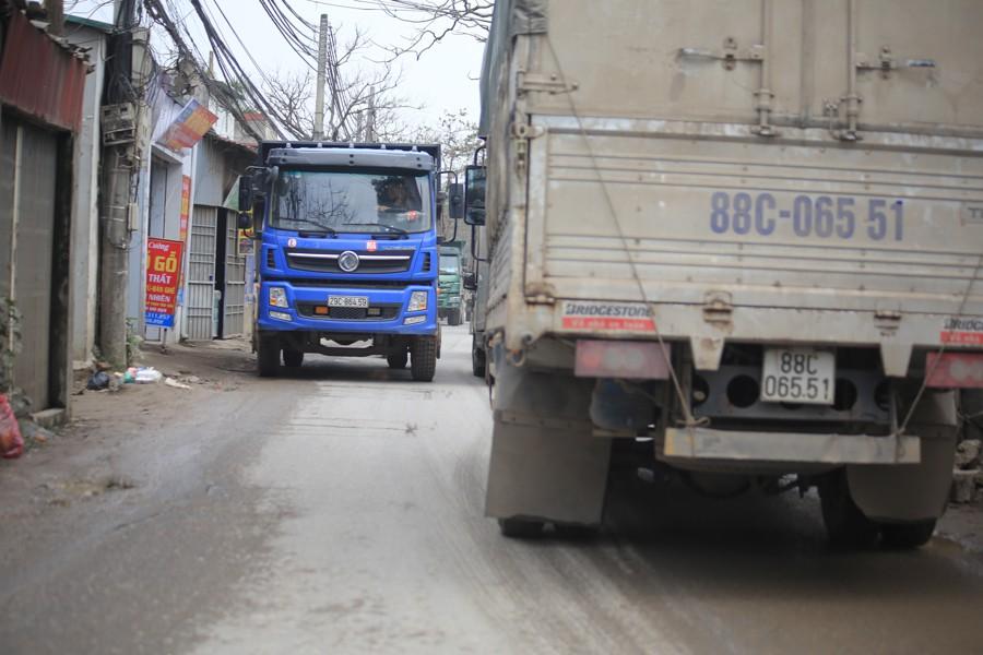 Con đường đau khổ ở Hà Nội bị cày nát, bụi vây kín nhà dân bởi hàng nghìn lượt xe siêu trọng tải mỗi ngày - Ảnh 2.