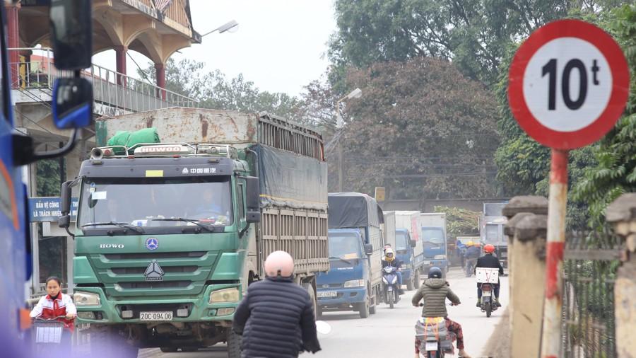 Con đường đau khổ ở Hà Nội bị cày nát, bụi vây kín nhà dân bởi hàng nghìn lượt xe siêu trọng tải mỗi ngày - Ảnh 3.