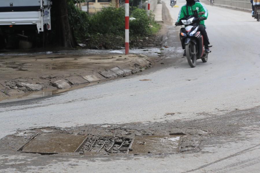 Con đường đau khổ ở Hà Nội bị cày nát, bụi vây kín nhà dân bởi hàng nghìn lượt xe siêu trọng tải mỗi ngày - Ảnh 4.