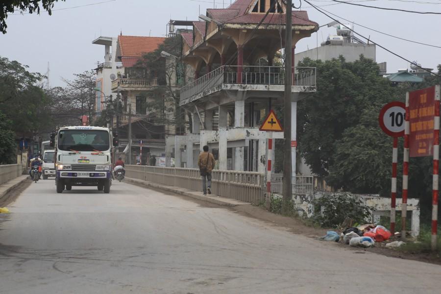 Con đường đau khổ ở Hà Nội bị cày nát, bụi vây kín nhà dân bởi hàng nghìn lượt xe siêu trọng tải mỗi ngày - Ảnh 5.