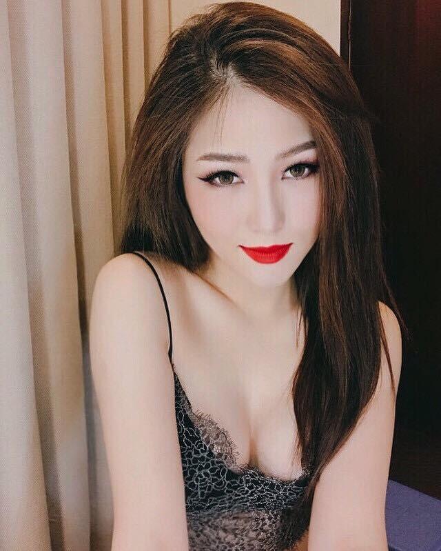 Bí quyết gợi cảm của Hương Tràm rất đơn giản: Mặt phải vẽ thật sắc, ngực phải hở thật sâu! - Ảnh 3.