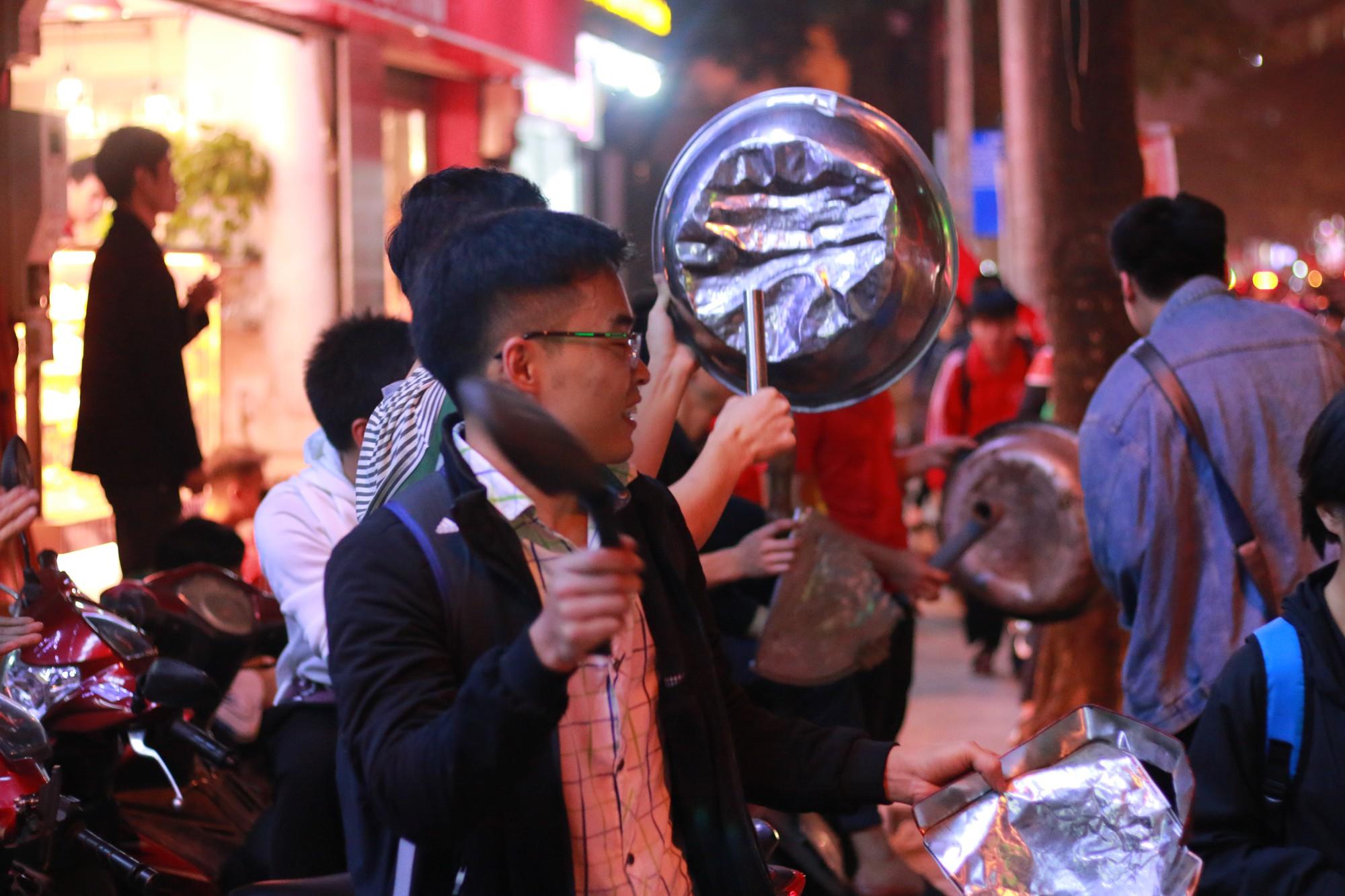 Những nhạc cụ gõ mừng U23 Việt Nam chiến thắng đặc dị khác thường nhất đêm qua - Ảnh 6.