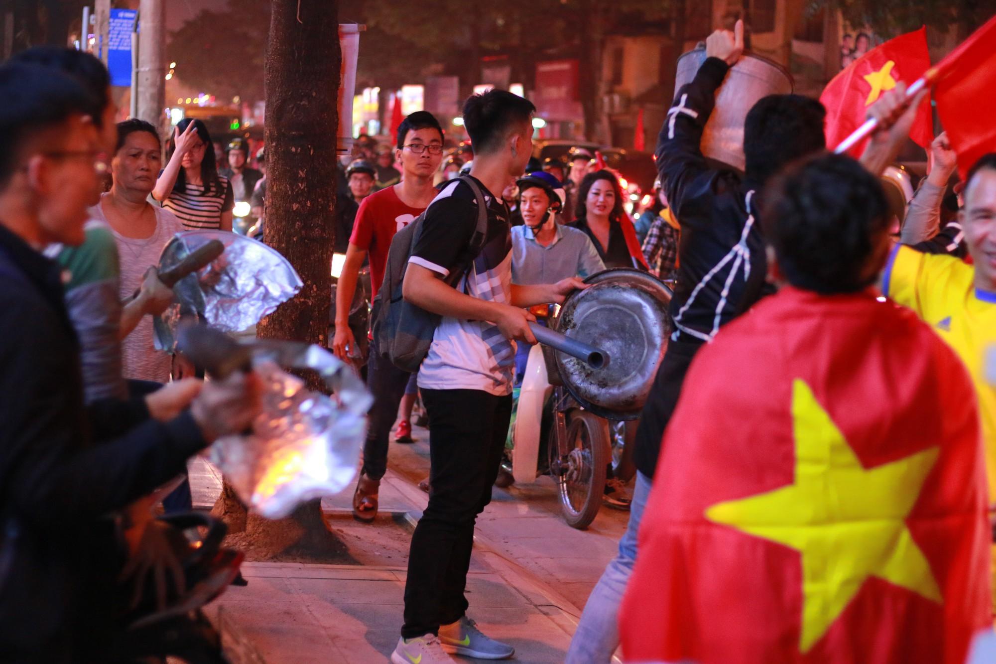 Những nhạc cụ gõ mừng U23 Việt Nam chiến thắng đặc dị khác thường nhất đêm qua - Ảnh 11.