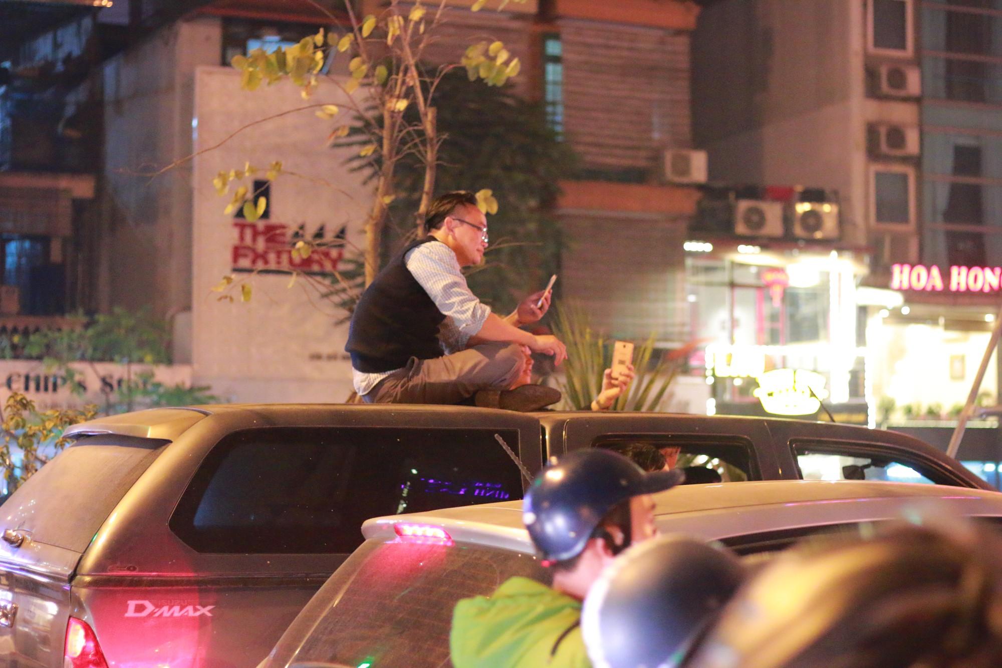Những nhạc cụ gõ mừng U23 Việt Nam chiến thắng đặc dị khác thường nhất đêm qua - Ảnh 8.