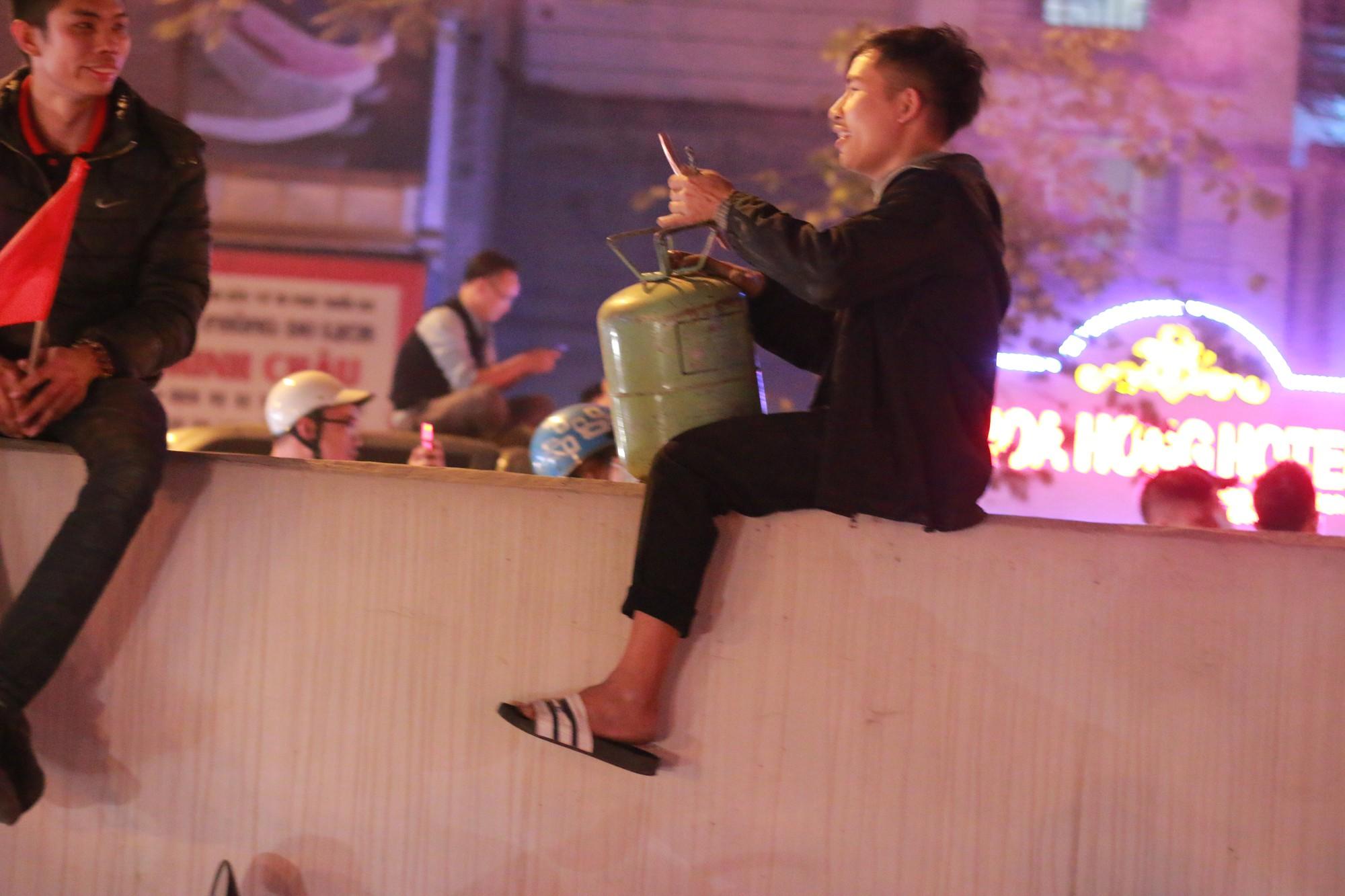 Những nhạc cụ gõ mừng U23 Việt Nam chiến thắng đặc dị khác thường nhất đêm qua - Ảnh 9.