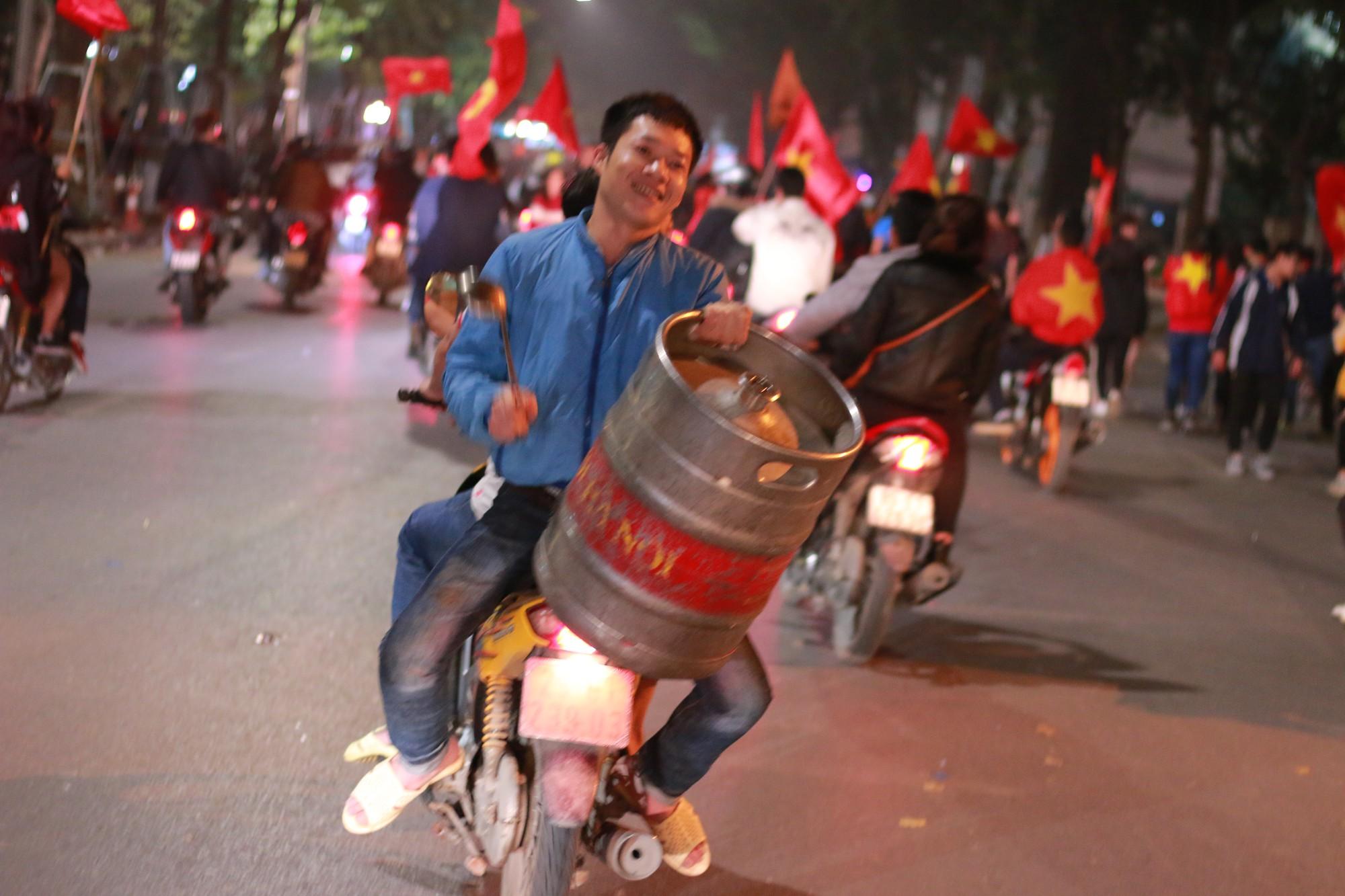 Những nhạc cụ gõ mừng U23 Việt Nam chiến thắng đặc dị khác thường nhất đêm qua - Ảnh 3.