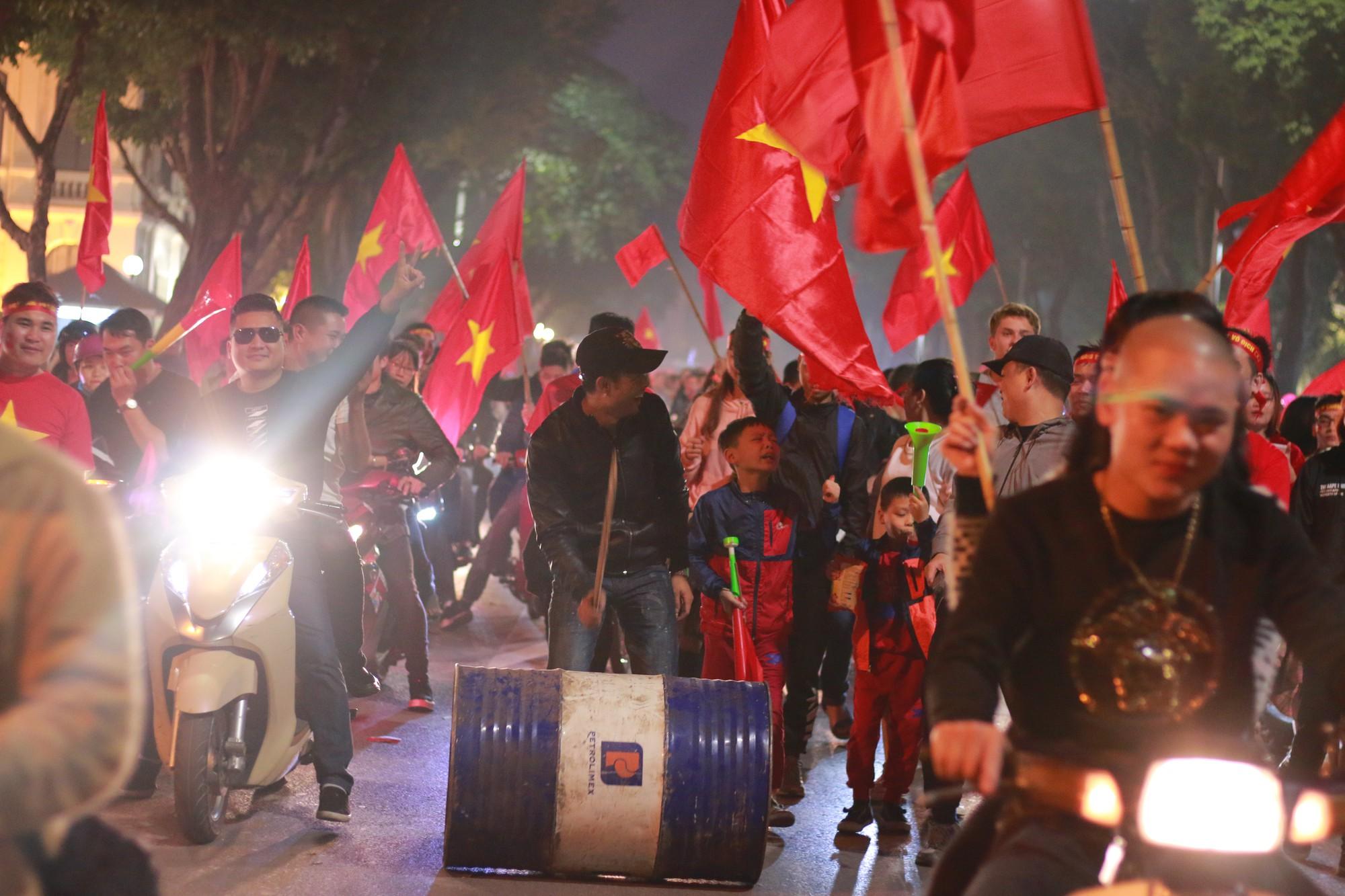 Những nhạc cụ gõ mừng U23 Việt Nam chiến thắng đặc dị khác thường nhất đêm qua - Ảnh 4.