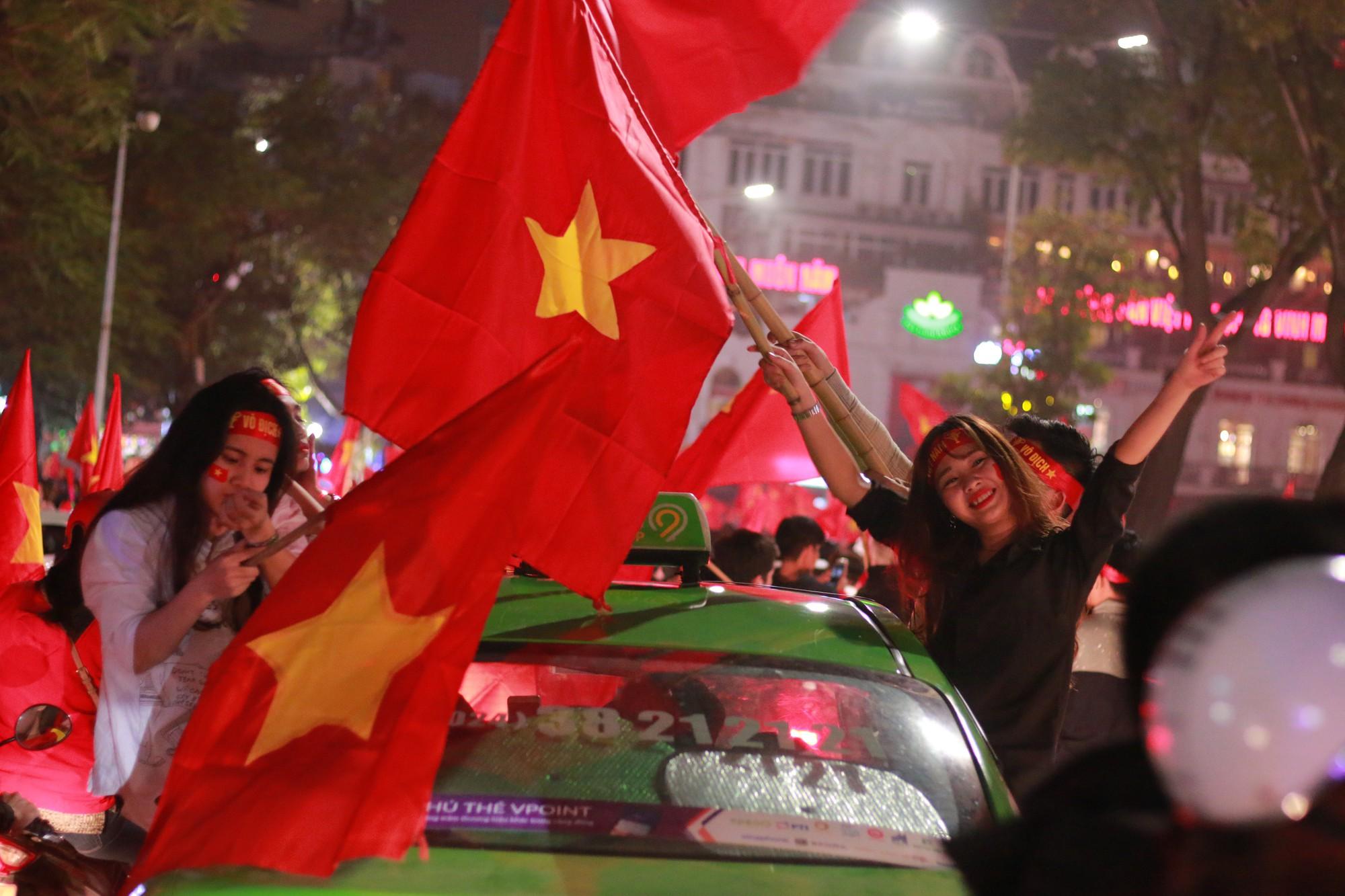 Những nhạc cụ gõ mừng U23 Việt Nam chiến thắng đặc dị khác thường nhất đêm qua - Ảnh 14.