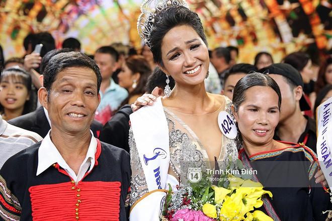 Độc quyền từ nhà bố mẹ Hoa hậu Hoàn vũ HHen Niê: Thấy con gái khóc, tôi cũng khóc dù không biết con đoạt giải gì - Ảnh 2.