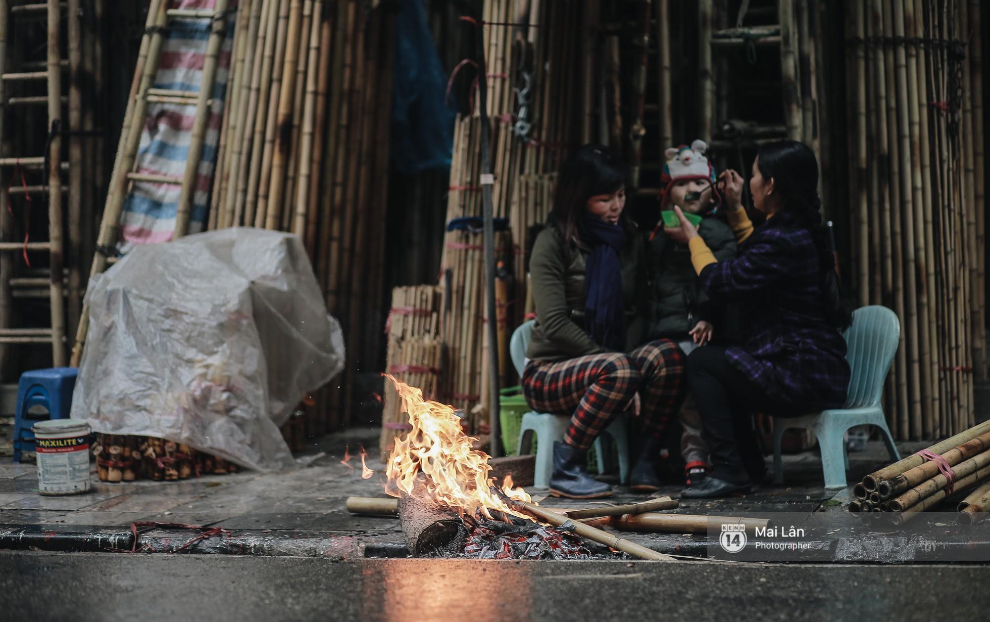 Chùm ảnh: Hà Nội giá rét 10 độ, một chiếc thùng carton hay manh áo mưa cũng khiến người lao động nghèo ấm hơn - Ảnh 9.
