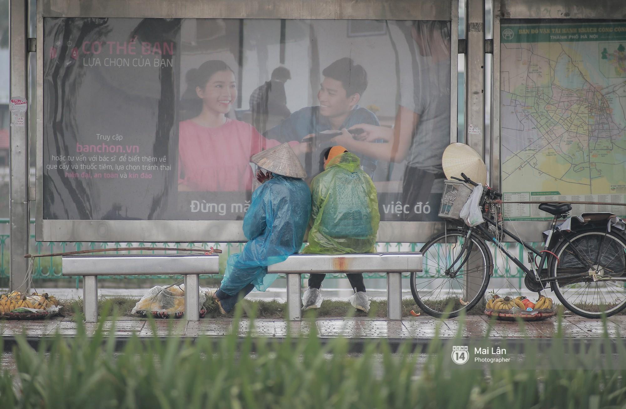 Chùm ảnh: Hà Nội giá rét 10 độ, một chiếc thùng carton hay manh áo mưa cũng khiến người lao động nghèo ấm hơn - Ảnh 3.