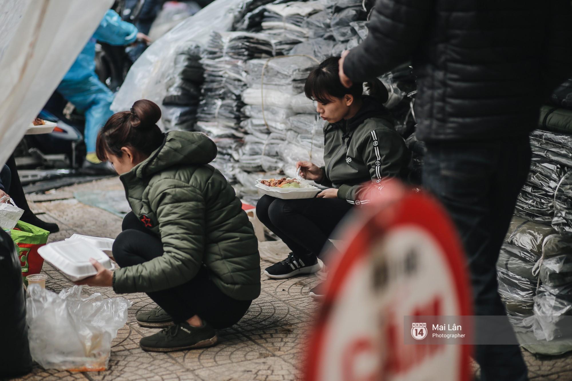 Chùm ảnh: Hà Nội giá rét 10 độ, một chiếc thùng carton hay manh áo mưa cũng khiến người lao động nghèo ấm hơn - Ảnh 12.