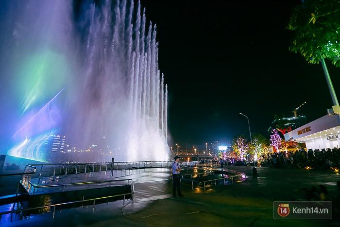 Show biểu diễn nhạc nước thu hút hàng nghìn người đến xem.